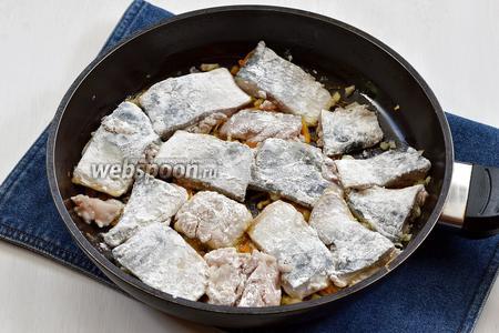 Морковно-луковую смесь равномерно распределить по всей сковороде и сверху выложить подготовленное филе. Жарить на огне ниже среднего приблизительно 7 минут.
