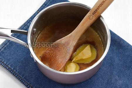 Добавить масло (60 г) комнатной температуры и перемешать. В другом сотейнике нагреваем сливки.