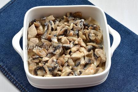 Образовавшийся сок слить. Полить мясо и грибы сливками (130 мл) с солью (2 щепотки) и посыпать приправой (0,75 ч. л.) для курицы.