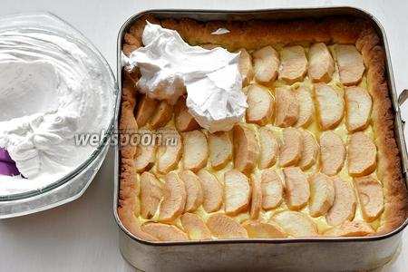 Тем временем белки взбить с 200 г сахара в пышную пену. Вынуть пирог из духовки и быстро сверху распределить белки. Вернуть пирог в духовку и готовить 10 минут до образования сверху золотистой корочки.