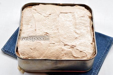 Охладить пирог в духовке, а потом переложить его в холодильник и оставить на 12 часов.
