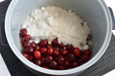 Черешню (1 кг) промыть, удалить косточки. Выложить черешню и треть сахара (всего понадобится 1 кг) в чашу мультиварки.