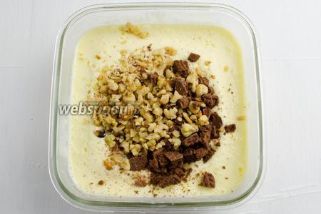 Через 2 часа вынуть контейнер с мороженой массой и добавить рубленые орехи с печеньем. Перемешать. Поставить контейнер в морозильную камеру на 3 часа.