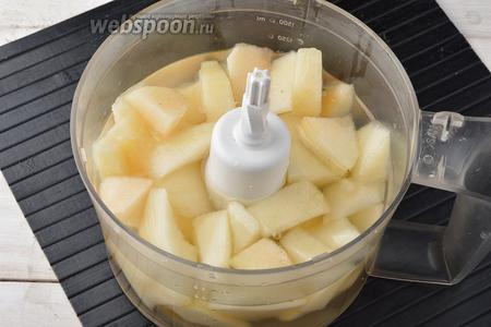 В чашу кухонного комбайна (насадка «металлический нож») поместить очищенную и порезанную кусочками дыню и охлаждённый сахарный сироп.