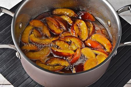 Переложить содержимое миски в толстостенную кастрюлю. Довести на быстром огне до кипения, а затем огонь убавить до ниже среднего и варить 5 минут.