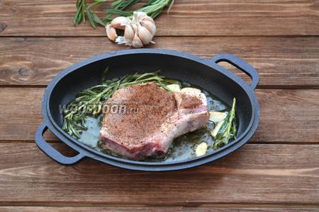 Выложить в ароматное масло подготовленный стейк.