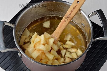 Выложить в кипящий сироп кубики дыни, бадьян (3 звёздочки) и проварить 5 минут. Оставить на 12 часов, прикрыв кастрюлю крышкой.