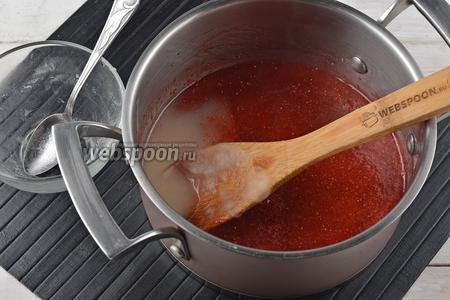 Добавить подготовленный агар-агар. Перемешать до полного растворения, довести до кипения и готовить на минимальном огне 3 минуты. Снять с огня и охладить до 50°С.