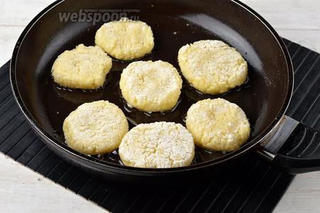 Жарить оладьи на горячей сковороде с подсолнечным маслом (5 ст. л.) до золотистого цвета с обеих сторон.