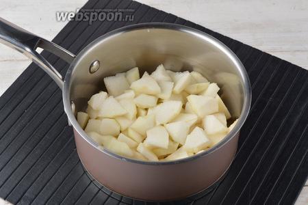 Груши (400 г) очистить от кожуры, удалить сердцевину. Порезать мякоть небольшими кусочками и сложить в кастрюлю.