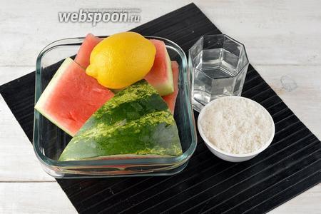 Для приготовления компота нам понадобятся арбузные корки, лимон, вода, сахар. Арбузные корки возьмите такие, чтобы на них ещё оставалось какое-то количество арбузной мякоти.