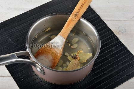 Для маринада соединить 1 литр воды, соль (2 ст. л.), сахар (2,5 ст. л.), зёрна горчицы (1 ч. л.), чёрный перец горошком (6 штук), лавровый лист (2 шт.), уксус (100 мл), очищенный и нарезанный чеснок (2 зубца). Довести смесь до кипения.
