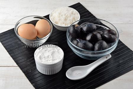 Для приготовления шарлотки со сливами нам понадобятся яйца, сахар, соль, сливы, пшеничная мука.