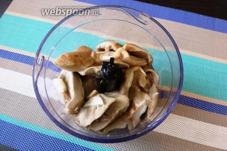 Грузди (300 г) сварим, нарежем и сложим в чашу блендера. Лук (1 шт.) и чеснок (1 зубчик) почистим, нарежем и отправим к грибам в блендер.