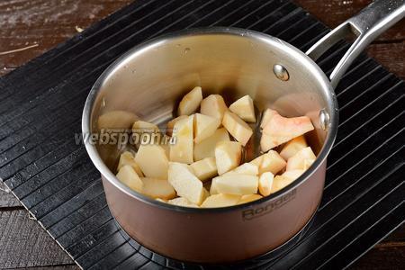 Поместить яблоки вместе с водой (50 мл) в небольшую кастрюлю. Довести до кипения и сразу огонь убавить.