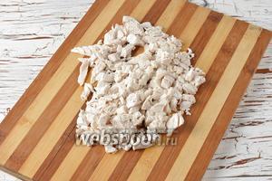 Куриное филе (300 г) отварить до готовности с солью (1 ч. л.) и 1 лавровым листом. Охладить и нарезать мелкими кусочками.