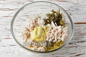 В миске соединить морскую капусту (150 г), куриное филе, сыр, огурцы, майонез (4 ст. л.). Перемешать. Проверить на соль.