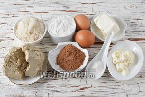 Для работы нам понадобится халва, сахар, мука, разрыхлитель, яйца, сметана, сливочное масло, какао.
