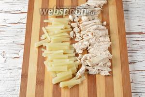 Куриное филе (200 г) отварить до готовности и нарезать небольшими кусочками. Плавленый сыр (120 г) нарезать соломкой.