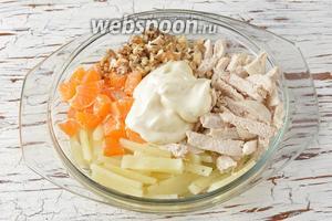 В миске соединить плавленый сыр, грецкие орехи, мандарины, куриное филе, майонез (2 ст. л.). Перемешать.
