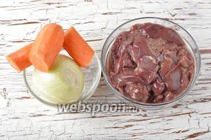 Морковь и лук очистить. Печень промыть.