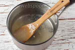 Соединить в кастрюле воду (1,2 литра) и сахар (5 ст. л.). Нагреть, помешивая, до кипения. Проварить 3 минуты и охладить.