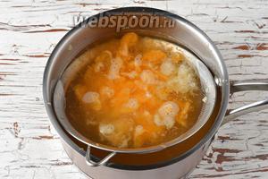 Влить сок лимона и мандариновую смесь в остывший сироп через сито. Оставшуюся после процеживания в сите мякоть удалить.