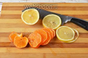 2 мандарина и оставшийся лимон (0,2 штуки) нарезать тонкими кружочками и отправить в посуду с лимонадом.