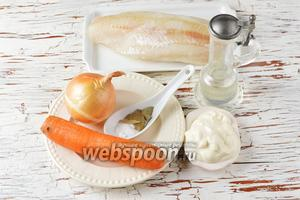 Для работы нам понадобится филе минтая, лук, морковь, подсолнечное масло, вода, соль, лавровый лист, сметана.