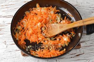 Лук (1 штуку) и морковь (1 штуку) очистить. Лук нарезать кубиками, а морковь натереть на крупной тёрке. Обжарить овощи в сковороде на подсолнечном масле (3 ст. л.) до слегка золотистого цвета.