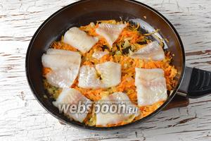 Филе минтая (350 г) разрезать на порционные кусочки и выложить на овощи. Приправить солью (0,75 ч. л.). Влить 100 мл воды.