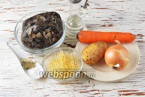 Для работы нам понадобится морковь, лук, картофель, подсолнечное масло, лавровый лист, соль, макароны, замороженные варёные лесные грибы (смесь).
