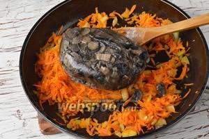 Добавить в сковороду замороженные отварные лесные грибы (500 г).