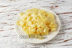 Картофель (3 штуки) очистить, нарезать небольшими кусочками и отправить вариться до готовности в кастрюлю с водой (2 литра) и солью (1 ст. л.).