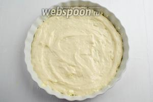 Подготовить форму (диаметром 25 см): смазать дно и стенки формы сливочным маслом (20 г). Выложить в форму половину теста.