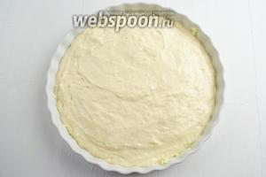 Сверху начинки распределить оставшееся тесто. Поставить форму с тестом в горячую духовку. Выпекать пирог в течение 40 минут при температуре 180°C до румяности.