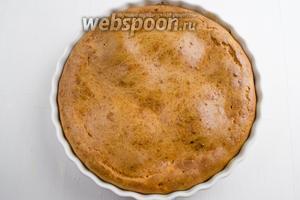 Готовый пирог вынуть из духовки. Остудить в форме. Подавать пирог к обеду со сметаной.