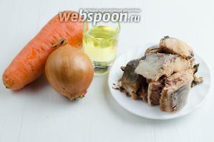 Для приготовления начинки взять консервы горбуши натуральной, морковь, лук и подсолнечное масло.