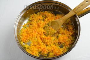 1 морковь очистить, нашинковать, добавить к луку, продолжить пассеровать в течение 3 минут. Остудить.