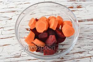 1 морковь и 1 свёклу очистить от кожуры и нарезать небольшими кусочками.