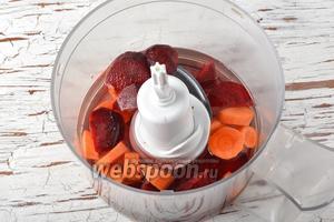 В чашу блендера или кухонного комбайна, с насадкой металлический нож, поместить овощи, мёд (1 ч. л.) и воду (200 мл).