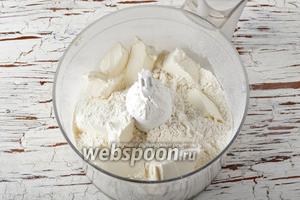 В чашу кухонного комбайна (насадка металлический нож) выложить просеянную муку (250 г) и холодное сливочное масло (150 г), нарезанное кусочками.