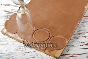 Охлаждённое тесто раскатать до толщины 2-3 мм и вырезать круги нужного диаметра.