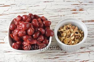 Для первой начинки нам понадобится консервированная вишня без косточек и сиропа, грецкие орехи.