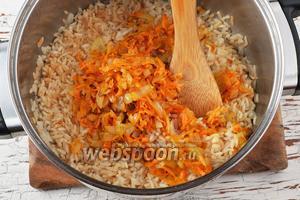 Соединить рис и овощи, перемешать. Приправить чёрным молотым перцем по вкусу.