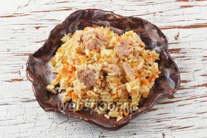 Рис с консервированным тунцом готов к подаче.