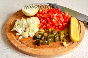 Овощи нарезаем кубиком (1 огурец, 1 перчину, 1 луковицу). Можно и соломкой, если хотите, чтобы овощи были крупнее в подливе.