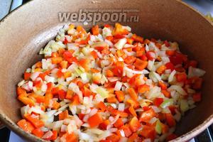 Обжарить на растительном масле (2 ст. л.) сначала лук и перец пару минут. Лук начнёт румяниться.