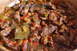 Тушёная конина с подливой готова. Хороша как с картофелем, так и с макаронами, рисом или гречей.