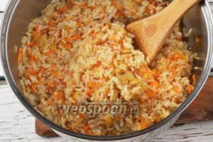 Соединить рис и овощи. Приправить чёрным молотым перцем (0,1 ч. л.).